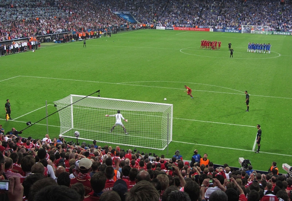 800px-Penalty_kick_Lahm_Cech_Champions_League_Final_2012