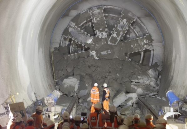 tbm_victoria_breaks_through_into_whitechapel_134404