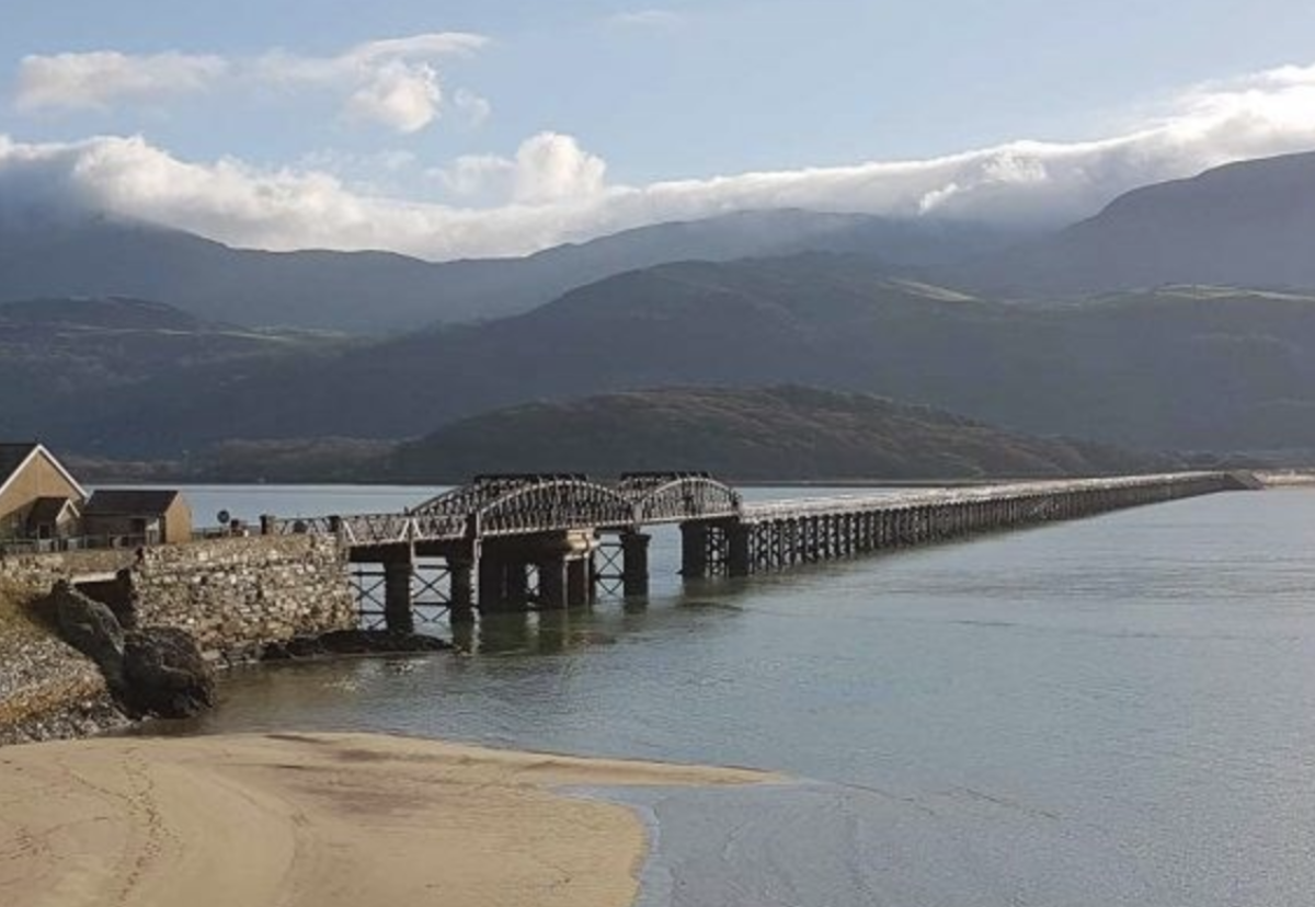 The viaduct is located on the Cambrian Coast line, between Pwllheli and Machynlleth